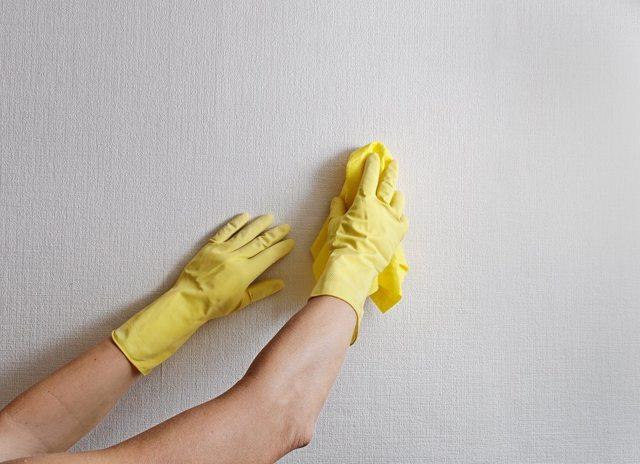 Как убрать пластилин с обоев и не повредить материал?