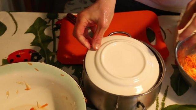Можно ли солить в алюминиевой посуде сало, капусту, рыбу: вспоминаем химию