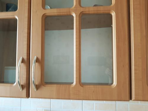 Чем отмыть жир с кухонной мебели: народные и бытовые способы