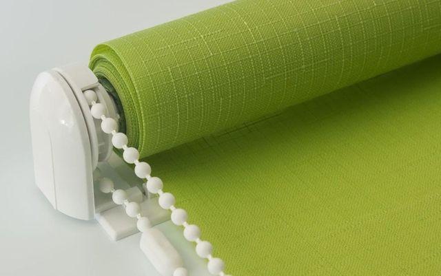 Как стирать рулонные шторы: что можно и чего нельзя делать?