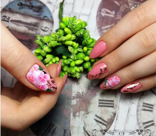 Фольга на ногтях: виды и варианты использования