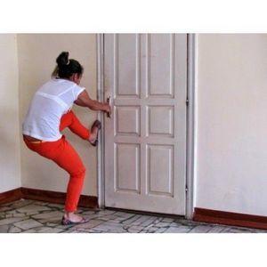 Захлопнулась дверь в квартиру: как открыть и куда звонить?