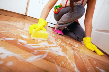 Чем и как мыть линолеум, чтобы блестел, в домашних условиях без разводов: современные и народные средства