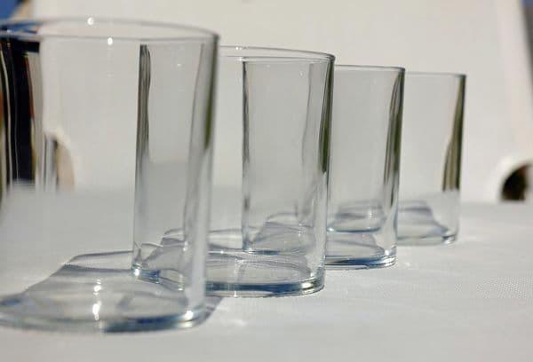 Как вытащить стакан из стакана, если застрял: способы с водой, маслом, мылом