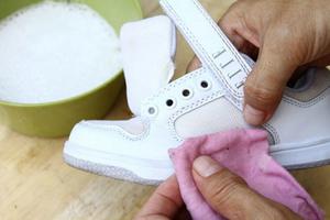 Уход за белой обувью из кожи, ткани и замши в домашних условиях