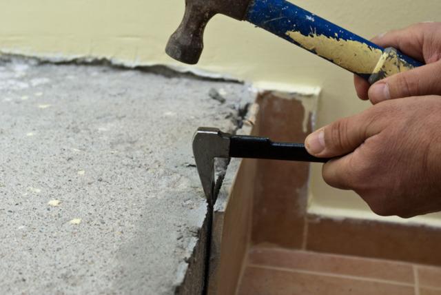 Как снять старую плитку со стен ванной и кухни: пошаговое руководство