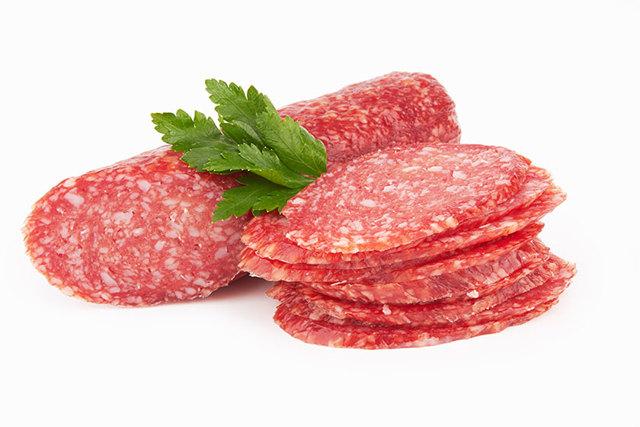 Можно ли сырокопчёную и варёную колбасу хранить в морозилке: точный ответ