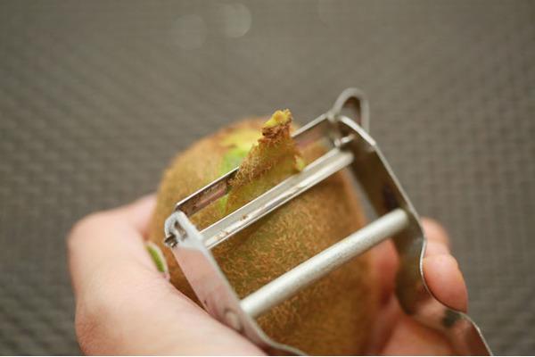 Как правильно и быстро чистить киви от кожуры пошагово в домашних условиях: лайфхак
