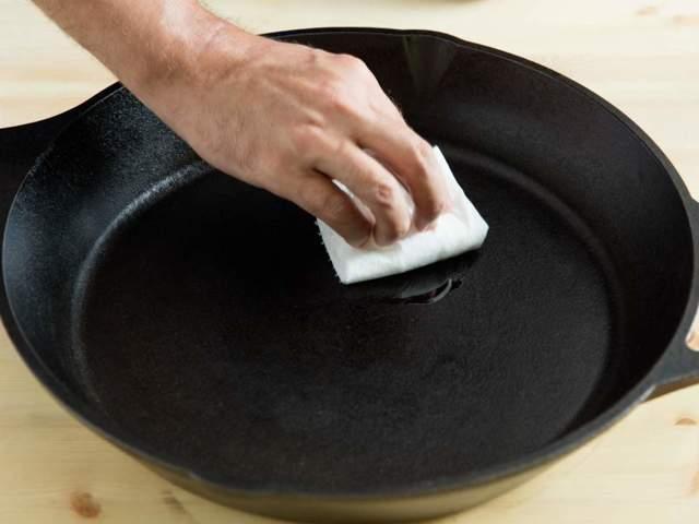 Чугунная сковорода ржавеет: что делать, почему и как почистить