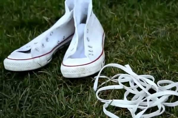 Как постирать белые шнурки в домашних условиях?
