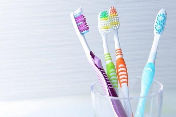Как ухаживать за зубными щетками правильно: все секреты хранения и дезинфекции