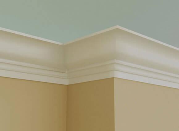 Как убрать щели в наклеенных плинтусах под потолком?