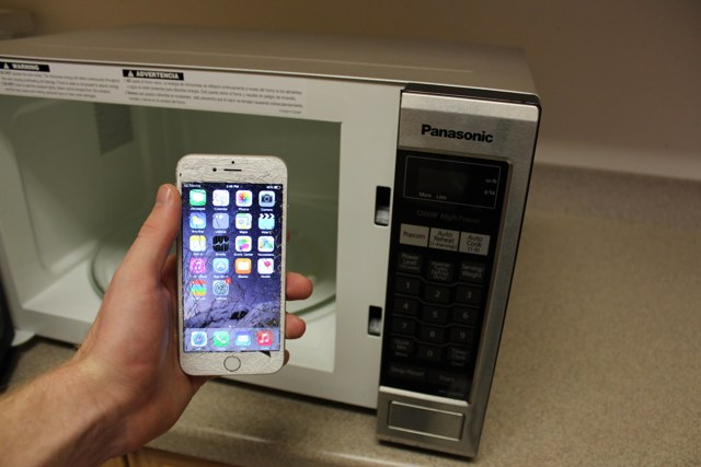 Как высушить телефон, который упал в воду: советы по спасению гаджета