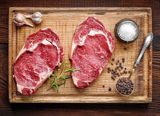 Нужно ли мыть мясо перед приготовлением: взгляд повара и эпидемиолога