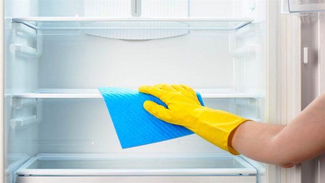 Можно ли мыть включенный холодильник внутри и снаружи
