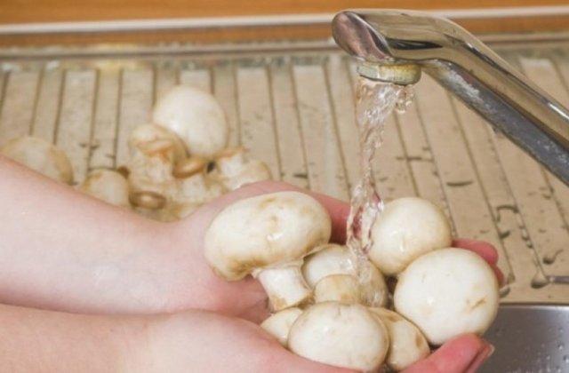 Нужно ли мыть шампиньоны перед приготовлением или заморозкой, как чистить грибы правильно