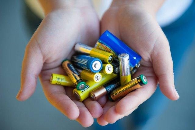 Куда сдать батарейки и почему их нельзя выбрасывать в бытовой мусор?