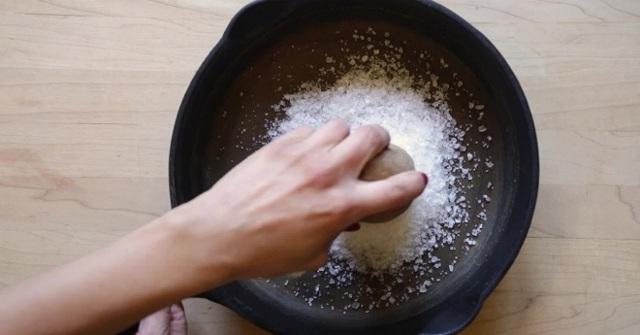 Стакан с солью и уксусом на полу: колдовское или санитарное средство?