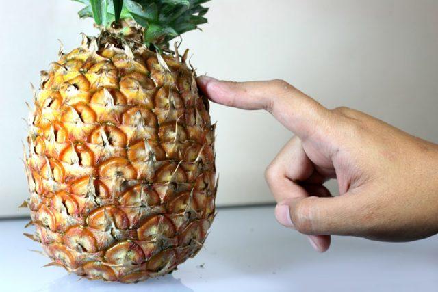 Как чистить ананас от кожуры и сердцевины: 5 способов