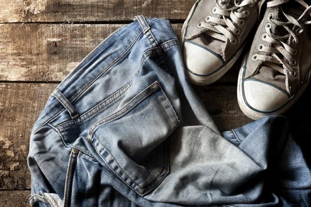 Как стирать джинсы вручную, чтобы они не потеряли цвет и форму?