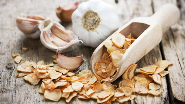 Как хранить чеснок в банке: заготовка на зиму в виде целых головок и очищенных зубчиков
