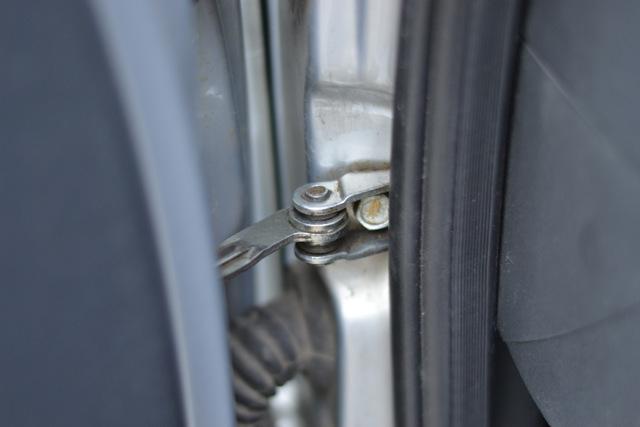 Как и чем смазать петли автомобиля от скрипа, почему скрипят двери