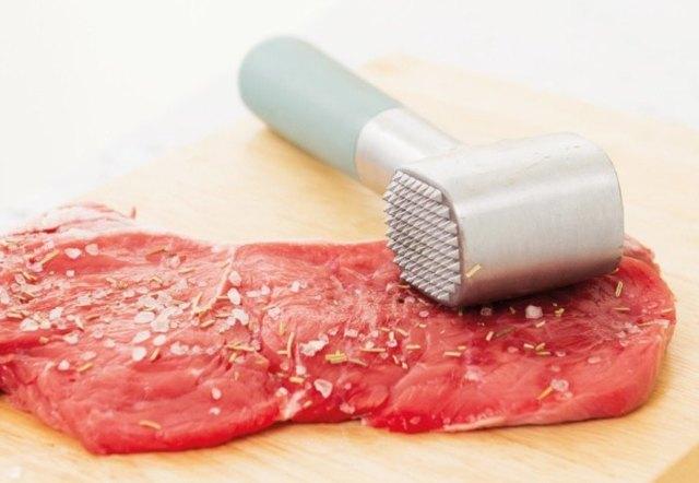 Как и чем отбить мясо, если нет специального кухонного молота: 3 способа