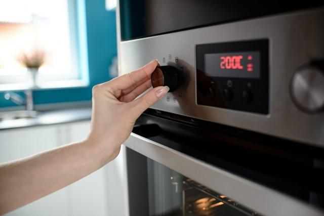 Можно ли ставить эмалированную кастрюлю в духовку, почему это может быть небезопасно