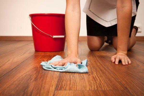 Как ухаживать за ламинатом в квартире (33 и 32 класса): эффективная уборка в домашних условиях