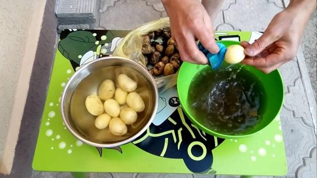 Как быстро почистить картошку: 3 хитрости, о которых вы не знали