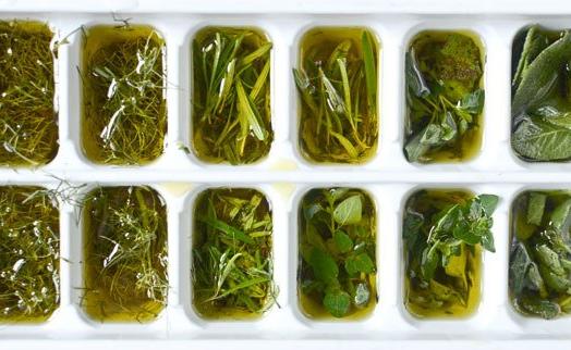 Как заморозить зелень на зиму свежей в морозилке: 3 способа
