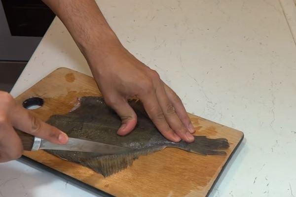 Как чистить камбалу правильно отделять филе от кожи и костей?