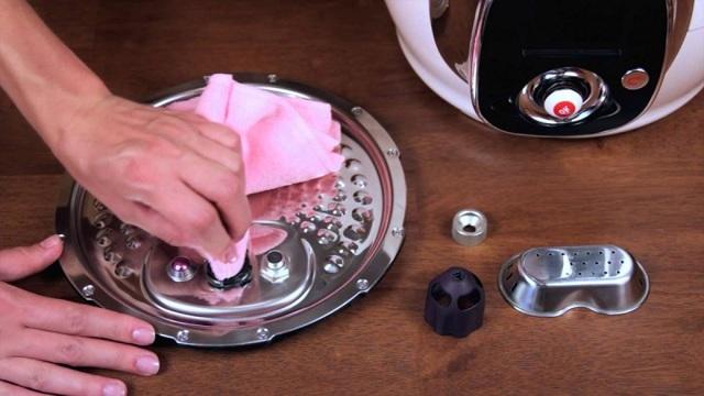 Можно ли мыть мультиварку полностью под краном и что делать, если внутрь попала вода