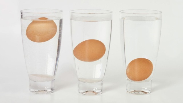 Как проверить свежесть яиц в магазине и в домашних условиях?