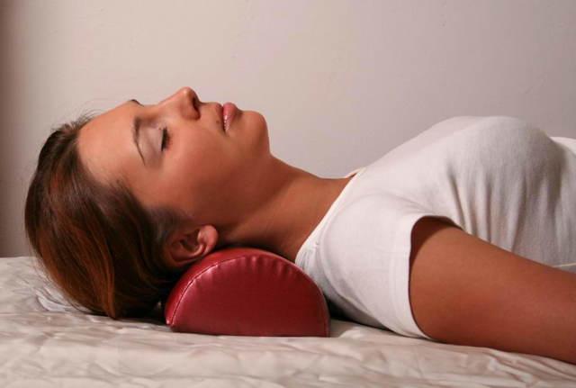 Как правильно спать на ортопедической подушке и как ее выбрать