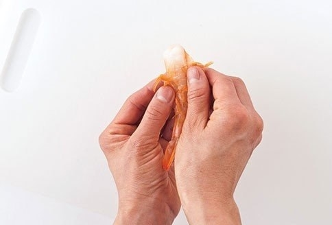 Как чистить креветки свежие, вареные и замороженные в домашних условиях