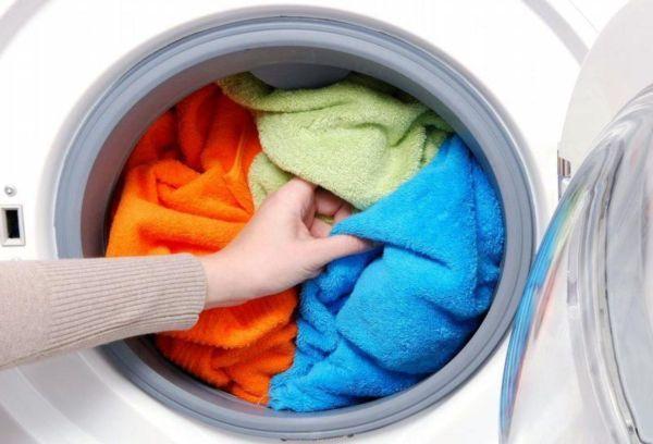 Как стирать черно-белые вещи в домашних условиях и не допустить их линьки?
