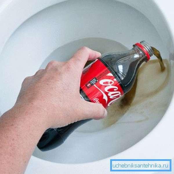 Как почистить унитаз кока-колой и отмоет ли газировка санфаянс?