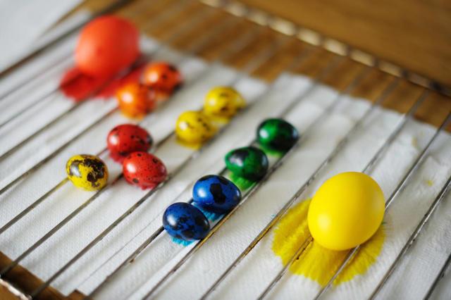Как оригинально покрасить яйца на Пасху: новые идеи и старые, но эффектные способы