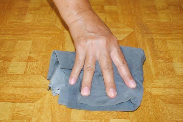 Чем и как убрать пятна с линолеума: отмываем въевшуюся грязь, краску, следы резины, парафина, скотча