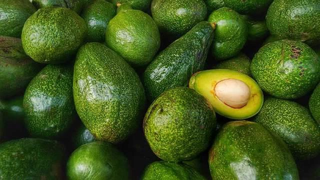 Как хранить разрезанный авокадо в холодильнике, чтобы он не потемнел
