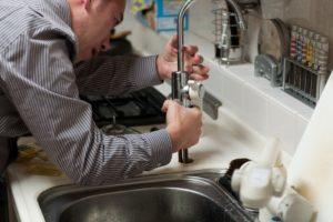 Прорвало трубу в квартире – что делать и как вызвать специалистов?