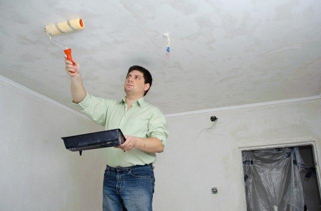 Как смыть побелку с потолка быстро: маленькие хитрости