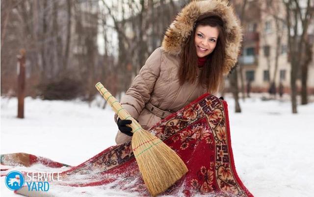 Как чистить ковер на снегу и правильно его выбивать?