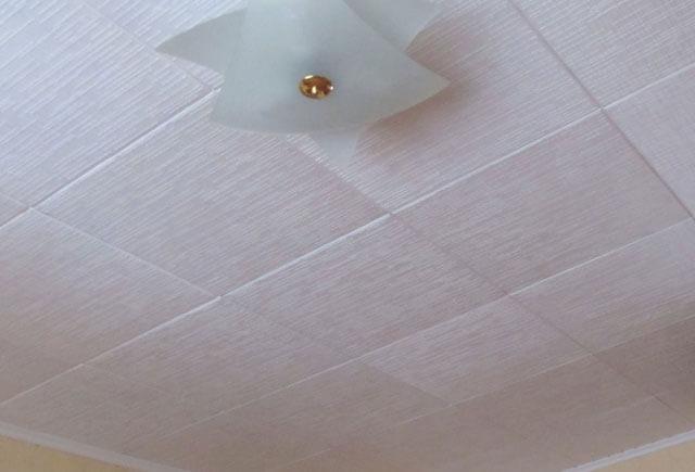 Пятна на потолке после затопления: как избавиться от ржавых, черных и масляных разводов?