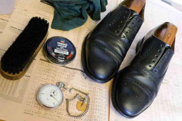 Как правильно чистить обувь из кожи подручными средствами?