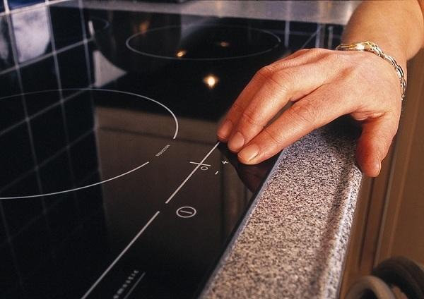 Что лучше – индукционная или электрическая варочная панель, чем они отличаются друг от друга, какая из них экономичнее и безопаснее