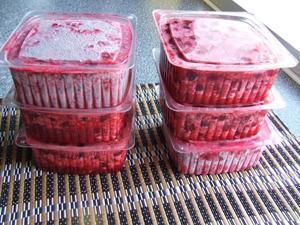 Как заморозить вишню в морозилке на зиму с косточками и без: правила подготовки плодов и лучшие рецепты