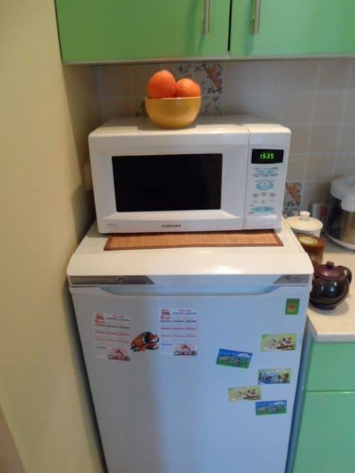 Можно ставить микроволновку на холодильник или нет: мифы и реальность