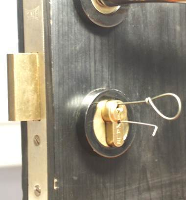 Как открыть межкомнатную дверь, если она захлопнулась, и закрылся замок